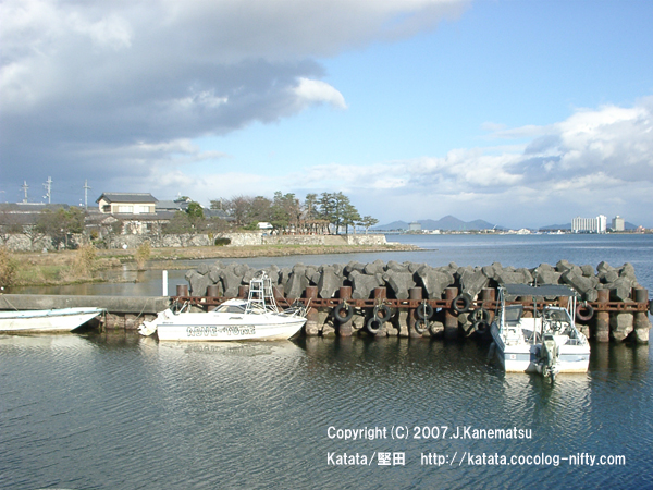 民家と釣り船、琵琶湖畔の入り江
