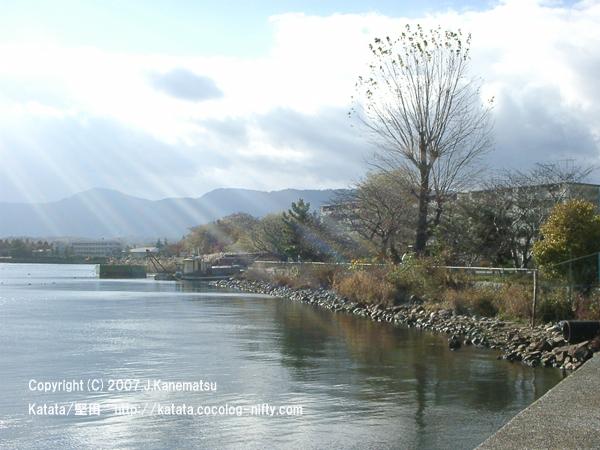 初冬の琵琶湖畔の光