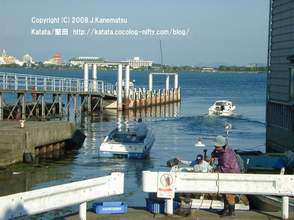堅田港での出漁風景