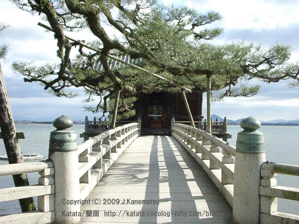 松と石橋と浮御堂