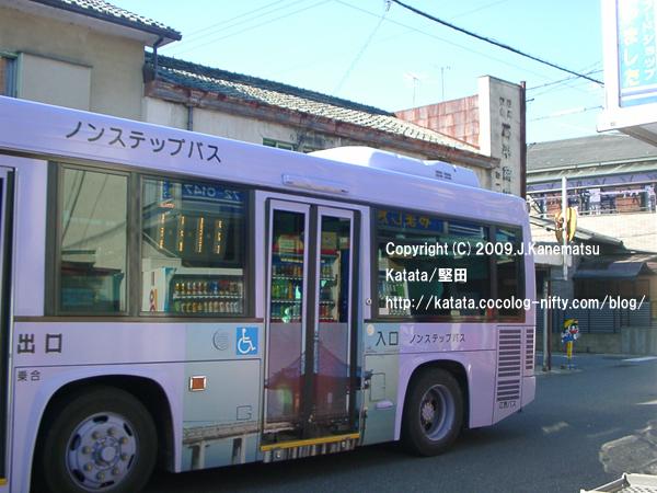 岡平商店の前を走る、堅田町内循環バス
