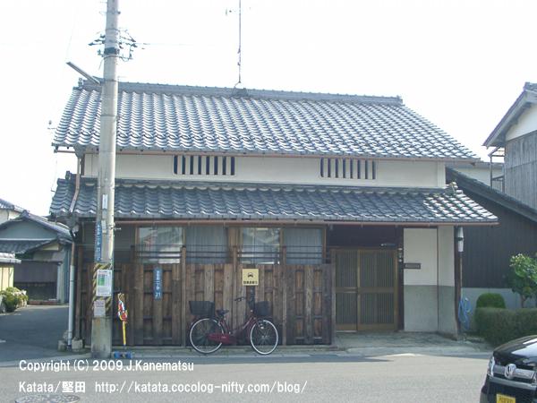 本福寺門前の民家と自転車