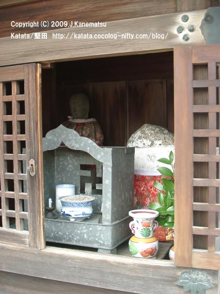 妙盛寺の脇の地蔵堂
