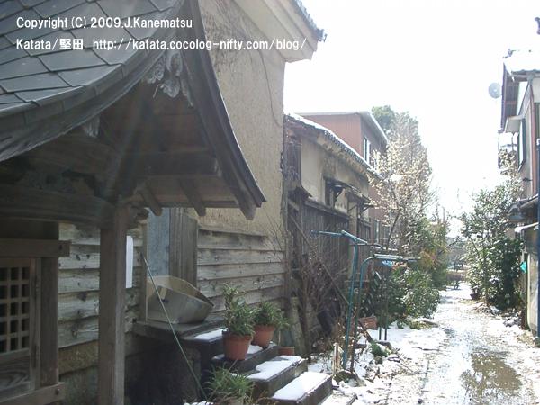 地蔵堂と古い蔵、路地