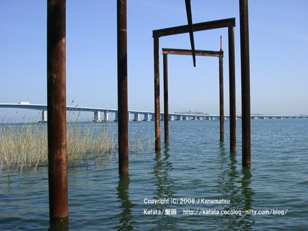 造船所から琵琶湖に突き出している鉄の柱