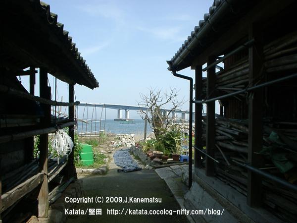 琵琶湖大橋の見える路地