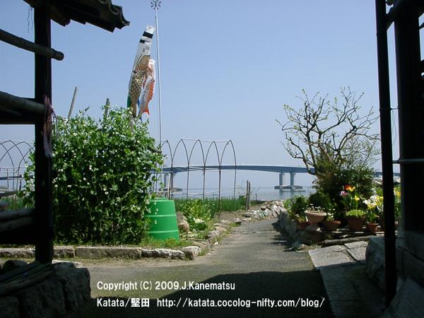 琵琶湖大橋の見える路地、その先にはこいのぼり