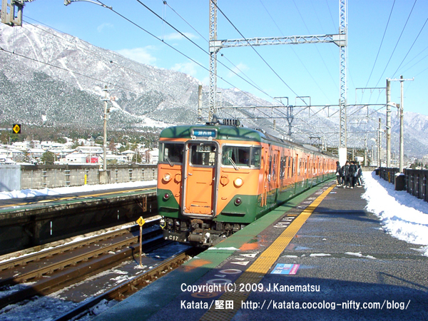 雪の蓬莱駅と113系(湘南色)