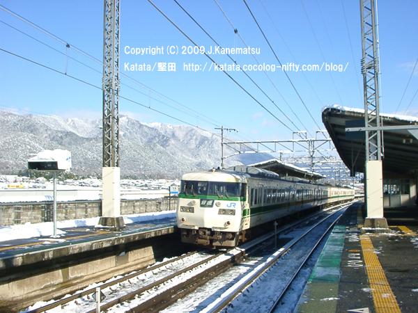 雪の志賀駅と117系(福知山色)