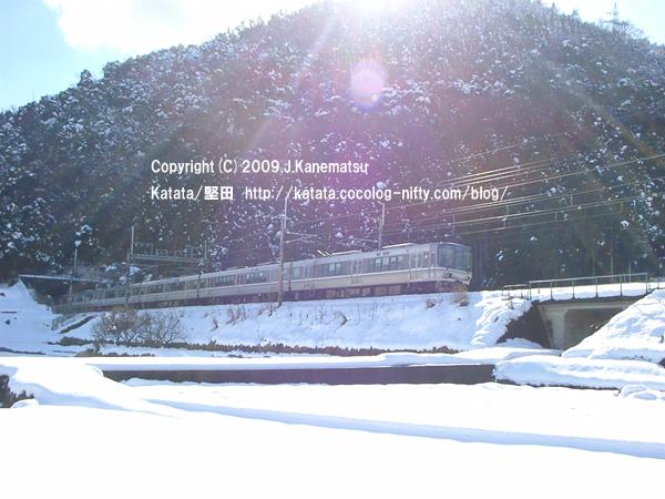 雪の中を走るJR223系