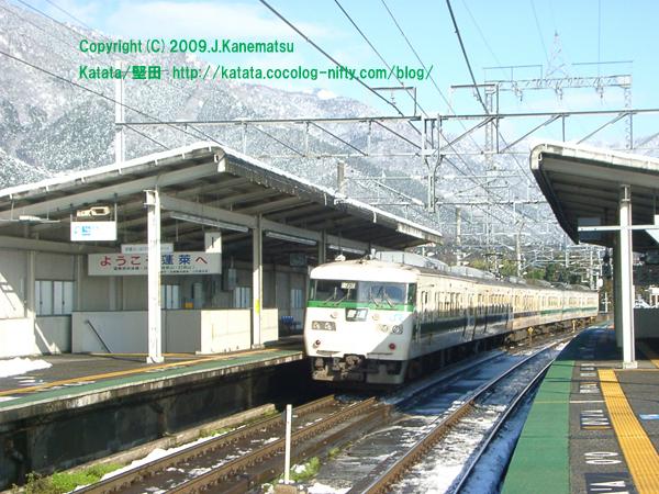 雪の蓬莱駅から117系が発車