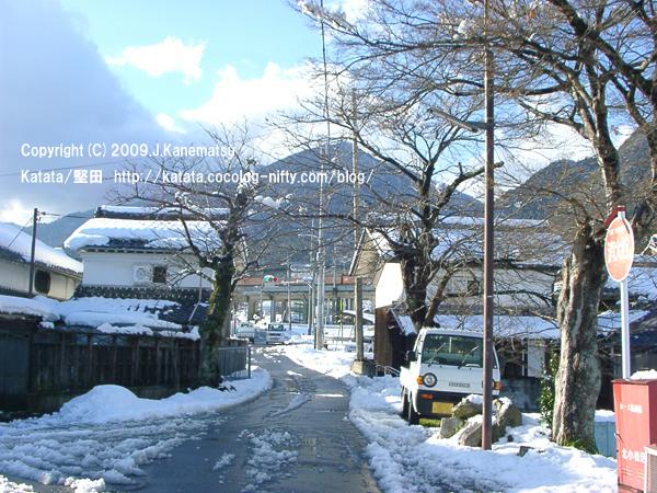 北小松の町並みと113系の走る風景