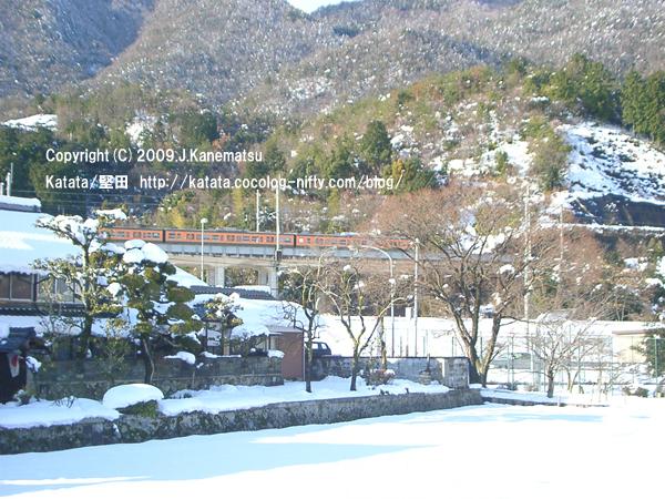 北小松の町の山沿いを、113系が走っていく