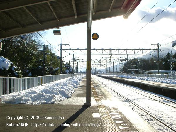 雪の北小松駅ホーム