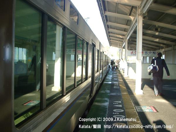 北小松駅と221系