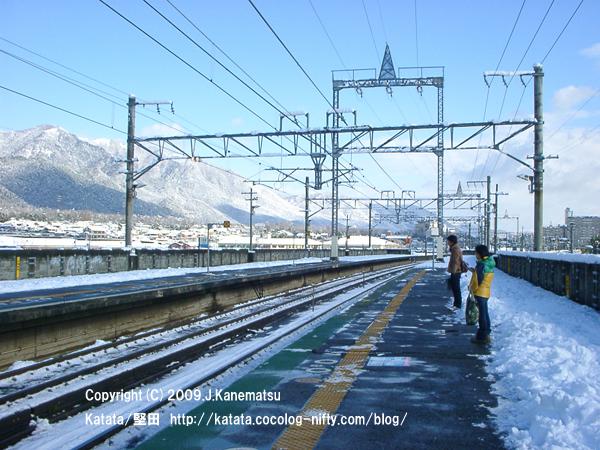 志賀駅で電車を待つ2人
