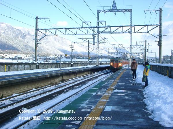 志賀駅に113系電車がホームに入ってくる