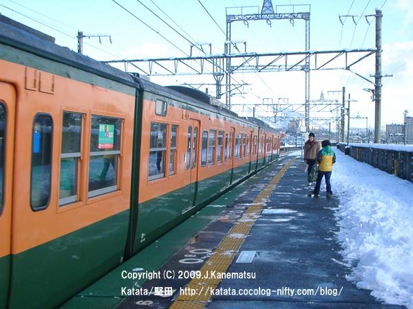 志賀駅に113系電車がホームに止まる