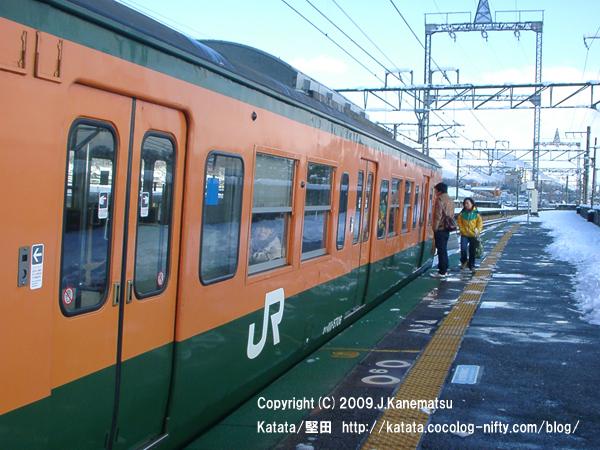 志賀駅から113系電車に乗り込もうとする瞬間