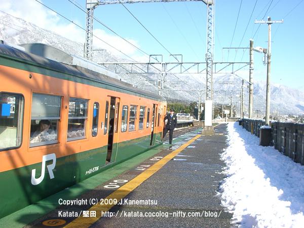 次の蓬莱駅から発車しようとする113系電車