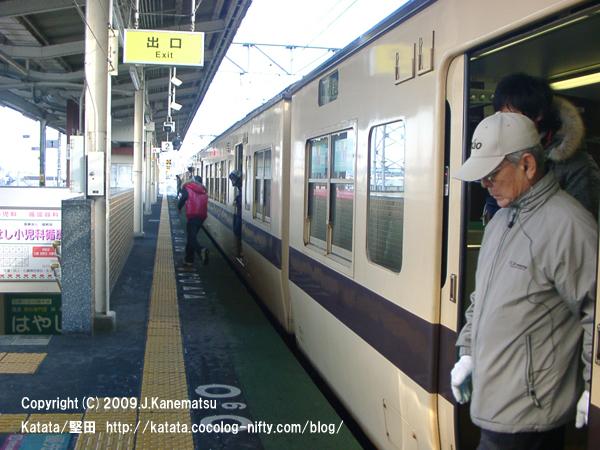 堅田駅ホームに停車した117系