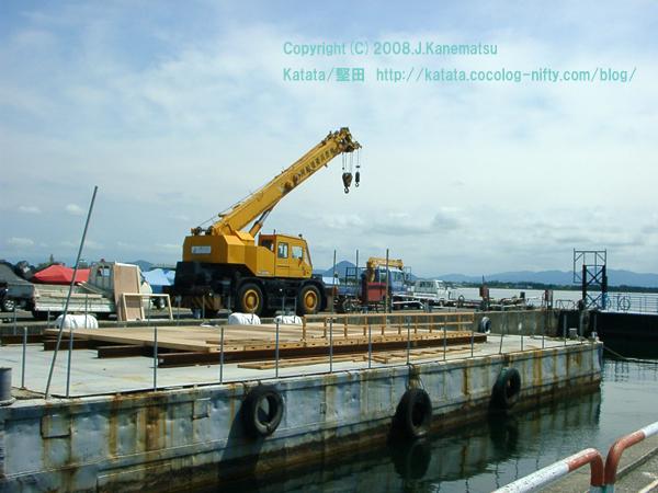 杢兵衛造船所のクレーン車と近江富士(三上山)