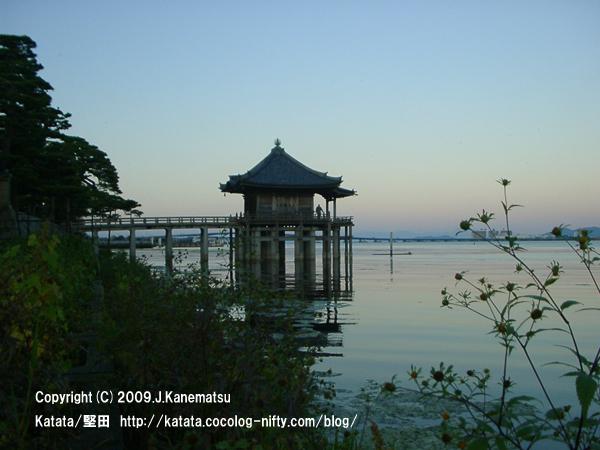 琵琶湖の上に建つ浮御堂の秋の夕暮れ