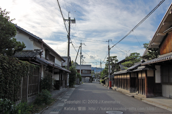 "大道町の町並みと夕暮れ時の青空  photograph of Katata,Otsu,Shiga,Japan  Honkatata  ""Matiya;the rows of houses in Omichi machi, and the blue sky at the time of twilight"""
