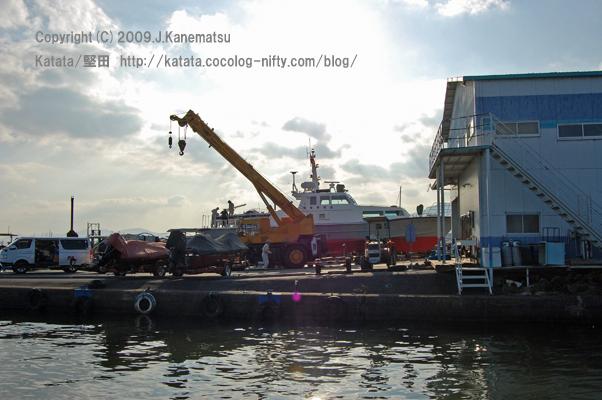 滋賀県警の船が、ちょうど吊り上げられているところ
