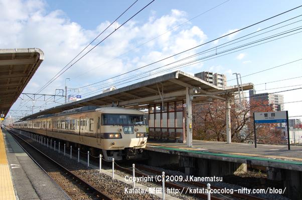 JR117系電車が堅田駅にて時間待ち