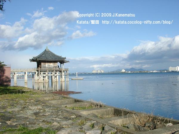 12月の浮御堂と琵琶湖大橋、琵琶湖