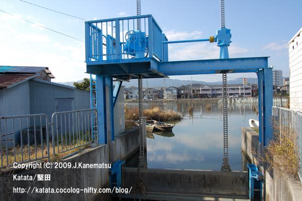水門と堅田内湖、淡水真珠養殖に使われる小舟