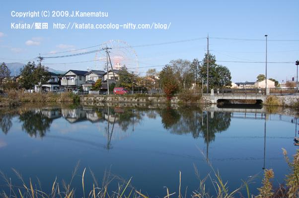 堅田内湖公園の静かな青と、堅田郵便局の赤い集配車