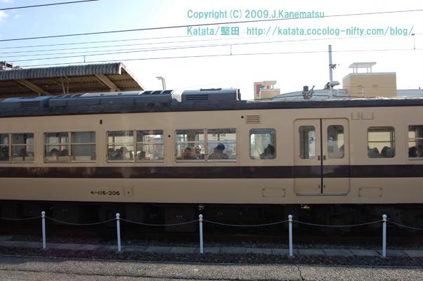 堅田駅を京都駅へ向けて出発していくJR117系電車