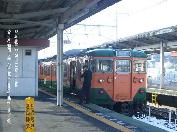 堅田駅にて、JR113系と運転手、雪の日の時間待ち