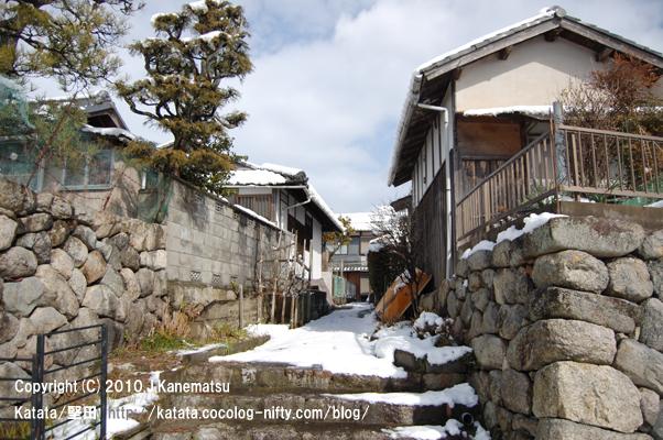 琵琶湖畔の雪の路地