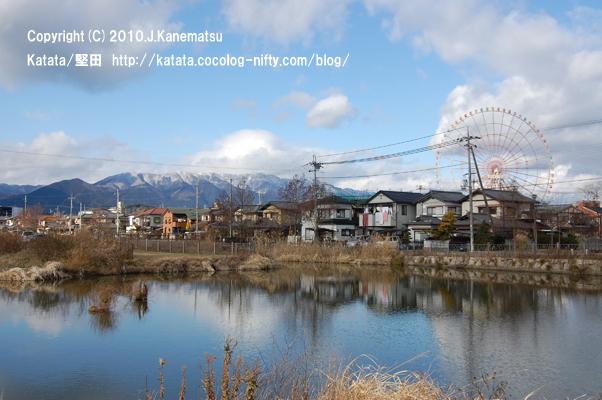 堅田内湖公園の静かな青と、比良山系の白い雪