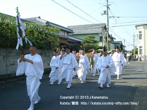 伊豆神社前を行く1