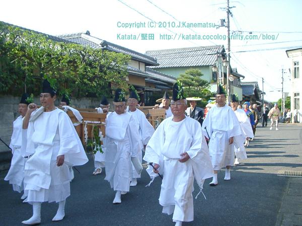 伊豆神社前を行く2