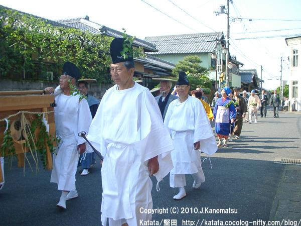 伊豆神社前を行く3