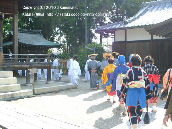 伊豆神社境内を行く