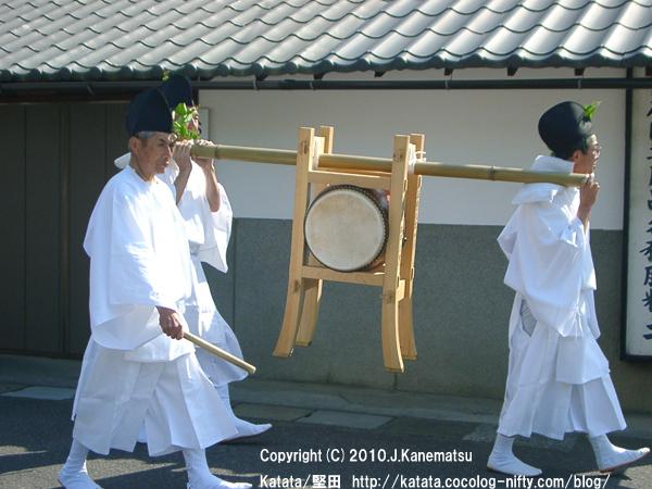 """和太鼓が行く(米屋・宮久商店前) photograph of Katata,Otsu,Shiga,Japan  Honkatata   2009.05.14 08:46:30 """"Taiko drummers at Omichimachi,Honkatata ; Kensen Kugonin Gyoretsu procession in Honkatata, Japan 7"""""""