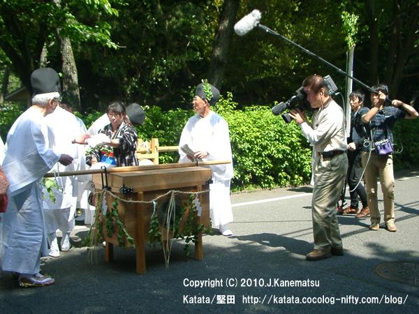 NHK、行列の準備の様子を、ただいま取材中