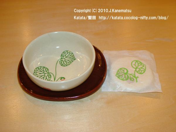 下鴨神社の湯のみと茶菓子