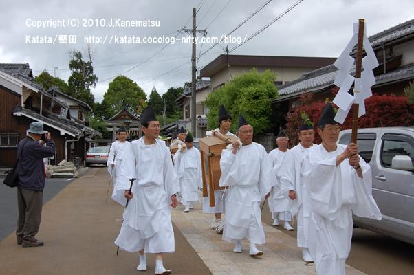 神事の後、伊豆神社の前の参道を行く、白装束姿の皆さん