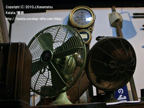 レトロな扇風機、古い時計、昔の台秤