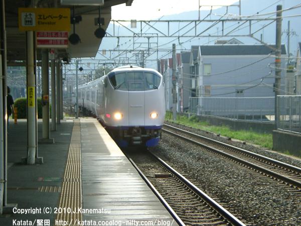 山科駅ホームに入ってくる関空特急はるか