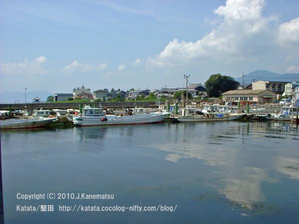 夏の堅田漁港、遠くに浮御堂