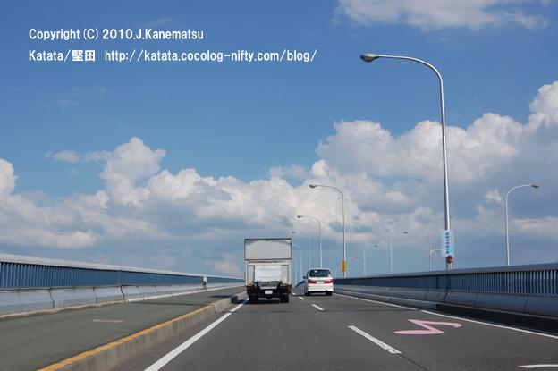 琵琶湖大橋の走る車の中から