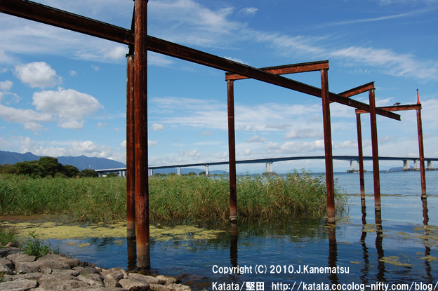 造船所の鉄柱と琵琶湖大橋